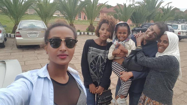 Her er Amy med sin etiopiske familie - mor og søstre.