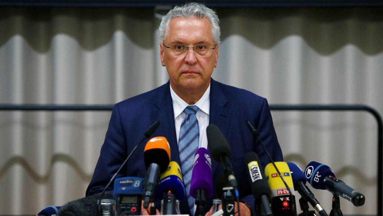 Indenrigsminister i Bayern, Joachim Herrmann, talte natten til mandag om det formodede selvmordsangreb i den sydtyske by Ansbach.