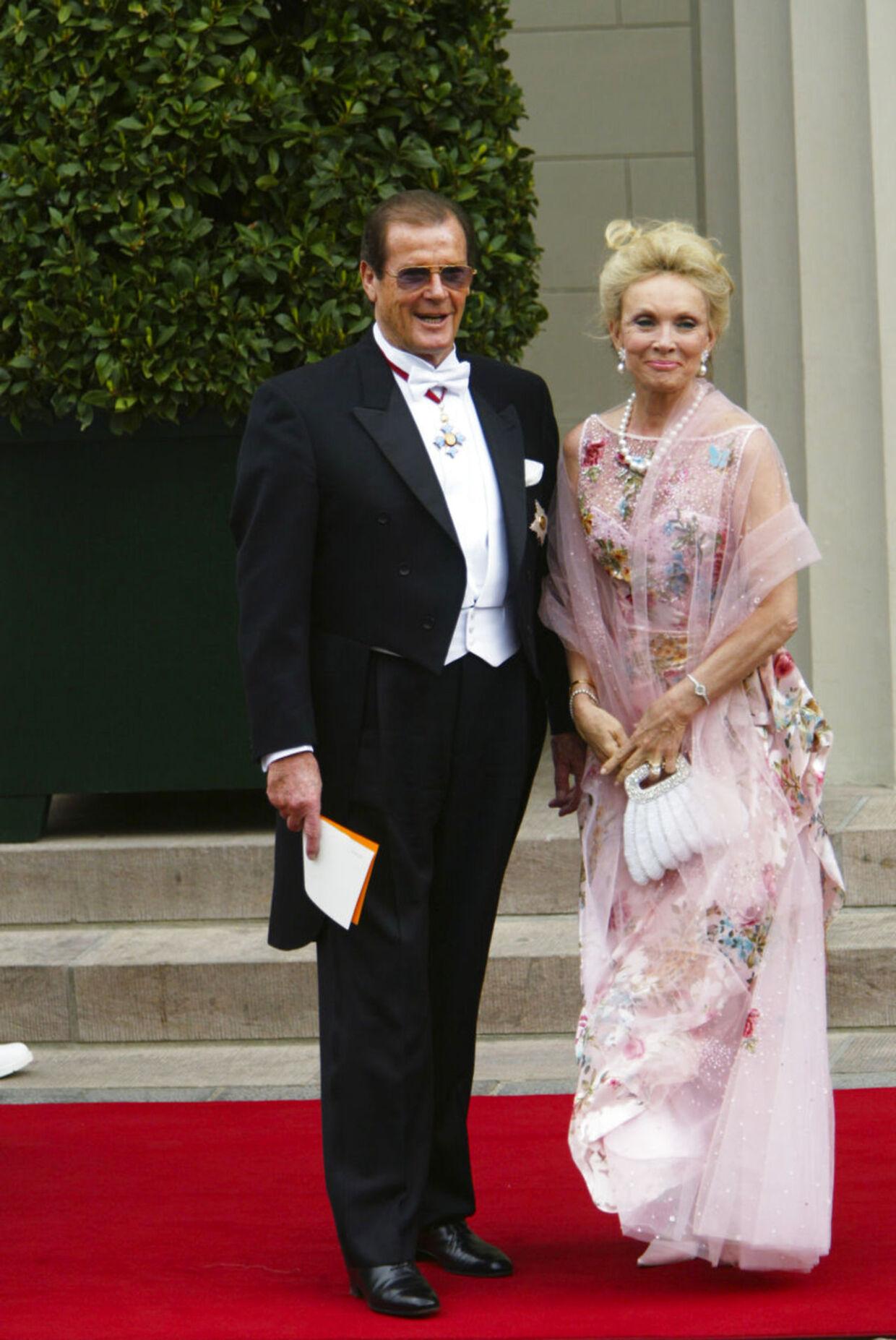 Også til kronprinsparrets bryllup var Kiki Tolstrup og Roger Moore på gæstelisten.