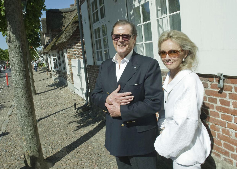 Da prins Joachim og Marie blev gift i Møgeltønder i 2008, var Roger Moore og Kiki Tholstrup også inviteret med. Her ses de på hovedgaden i Møgeltønder forud for brylluppet.