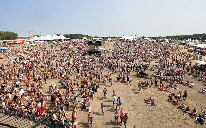 På Langelandsfestivalens store græsplæne opholder der sig konstant omkring 15.000 mennesker, når der er underholdning fra Store Scene. Her taget midt på dagen i 32 graders varme og højt solskin...
