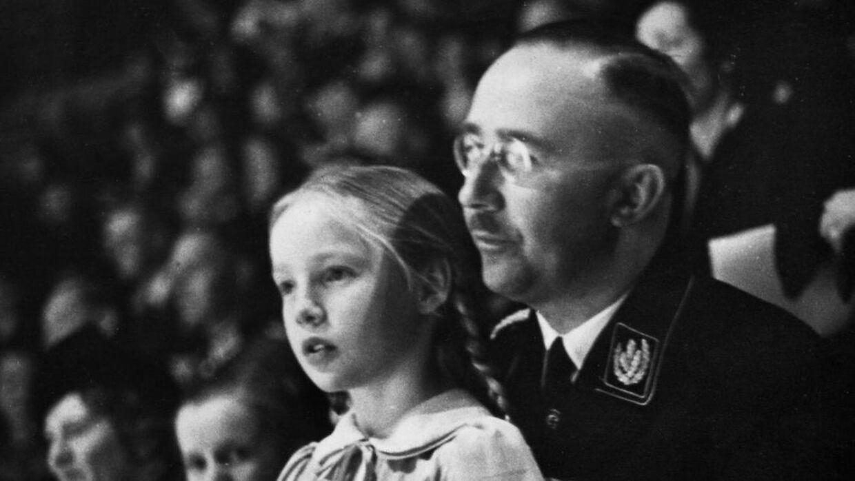 Heinrich Himmler med sin datter Gudrun under en indendørs sports opvisning.
