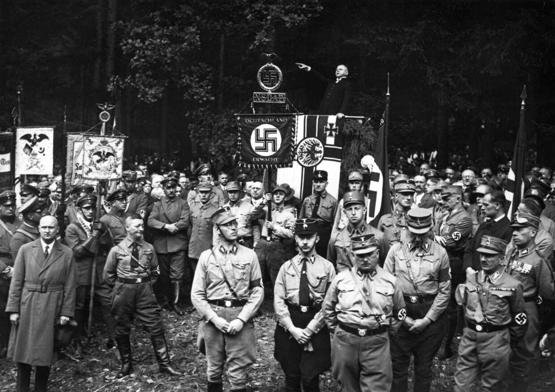 NSDAP holder partimøde og gudstjeneste for indbyggerne i Bad Harzburg i 1931. Forrest i midten ses Heinrich Himmler og Ernst Røhm (th).