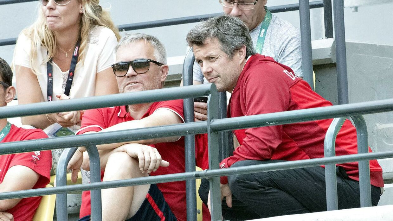 Kronprins Frederik (th) så Caroline Wozniacki spille i OL-turneringens 2. runde i damesingle, hvor Petra Kvitova imidlertid vandt 6-2, 6-4.