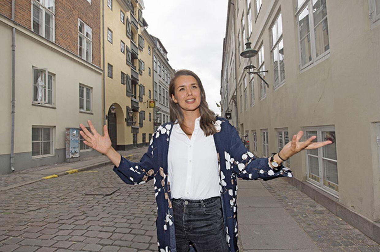 Cecilie skal ikke gå mange skridt i det indre København, før hun kan fortælle en god historie. Foto: Peter Hauerbach
