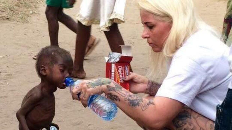 Billedet af Anja Ringgren Lovén, der giver Hope en tår vand, gik viralt i februar i år. Billedet er taget sekunder efter, den danske kvinde mødte den lille afrikanske dreng.