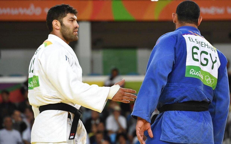 Israelske Or Sasson rakte hånden ud og forsøgte at sige tak for kampen til Islam El Shehaby (th), men egypteren nægtede og gik i stedet bare baglæns væk fra Sasson, mens han kiggede væk.