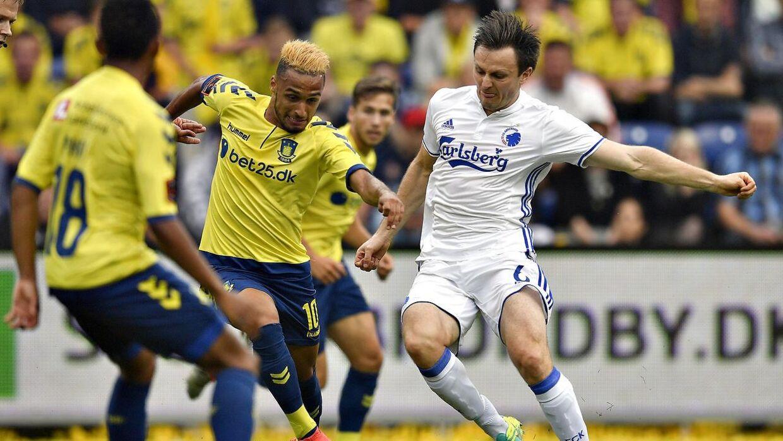 William Kvist var blandt de FCK-spillere, som var imponeret af Brøndby. Her ses han (th) i en presset situation.