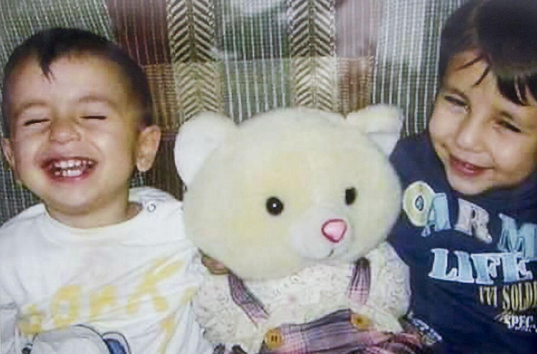 Privatfoto af Aylan Kurdi (tv) og hans bror Galip, der også omkom sammen ti andre personer herunder også drengenes mor.