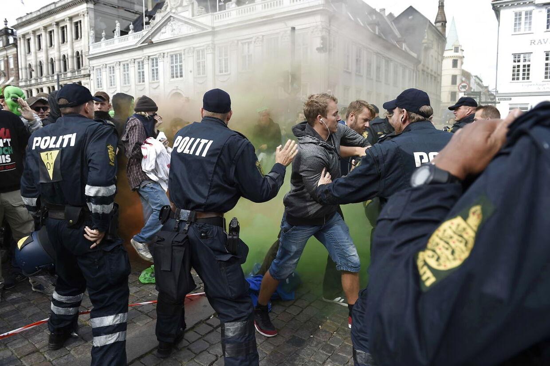 Røgbomber i Nyhavn i København fik lørdag eftermiddag Københavns Politi til at stille sig imellem demonstranter fra den indvandrer- og islamkritiske organisation 'For Frihed' og moddemonstranter iført alien-masker.