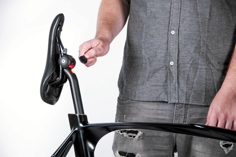 Penta Lock betjenes med et lille håndtag under sadlen.