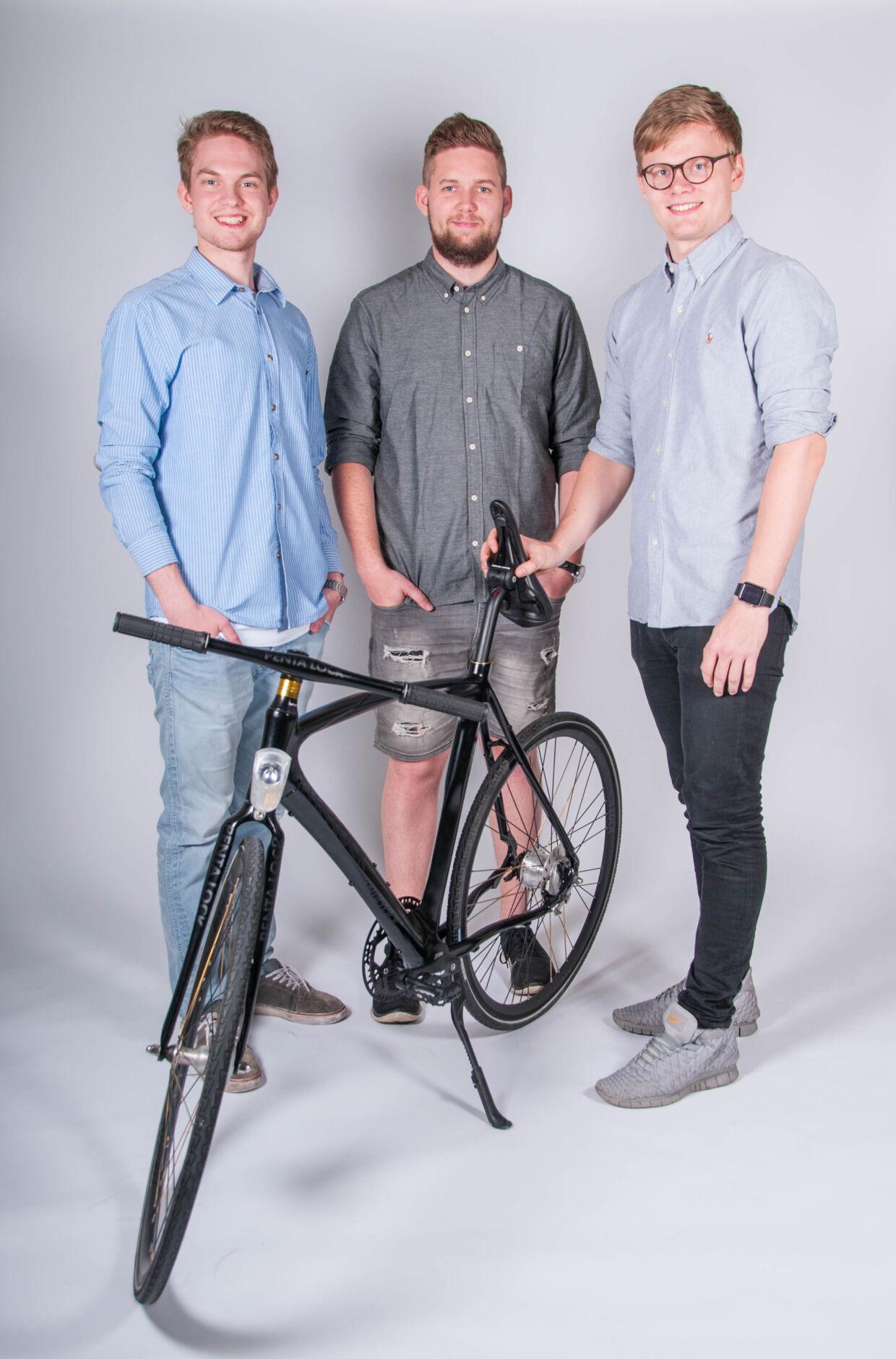 De tre nyuddannede civilingeniører i industrielt design ved Aalborg Universitet Emil Norup, Thomas Martin Jessen og Mathias Herseth Fischer med Penta Lock-prototypen.