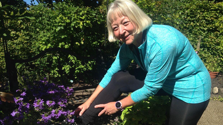 Pia Noach snører løbeskoene. Træningen er blevet en vane, hun ikke kan undvære, og hun glæder sig til sit comeback i Maj Invest Eremitageløbet søndag 9. oktober. Foto: Peter Fredberg