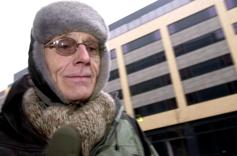 Tvind-sagen blev i dag onsdag marts 5, 2003 genoptaget ved retten i Århus. Tvind-leder Mogens Amdi Petersen ankommer til retten.