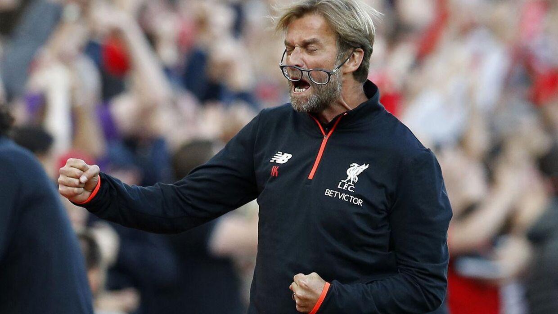 Altid excentriske Jürgen Klopp fejrer en scoring.