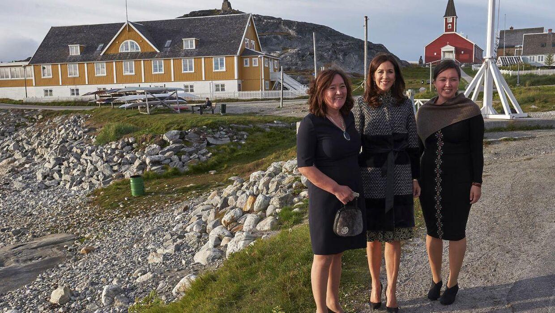 Det er denne frakke, der delvist er lavet af sælskind, som Mary her ses bære den 29. august i Nuuk i Grønland, der har fået en dyreværnsorganisation til at rase.