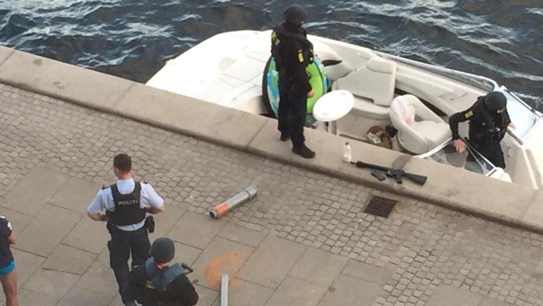 Den vellignende softgun-kopi af en velvoksen automatriffel lå på kajen ved Nordre Toldbod, mens de svært bevæbnede betjente i skudsikre veste undersøgte den opbragte speedbåd.