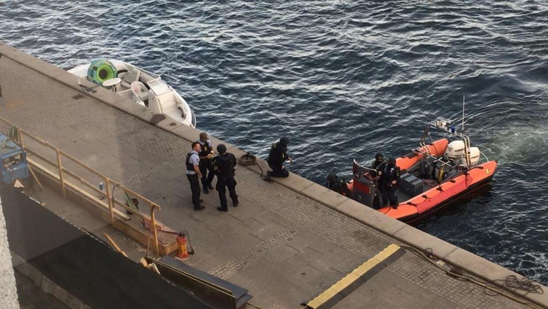 De svært bevæbnede politifolk fik i deres orange gummibåd kontakt med den hvide speedbåd ude midt i havneløbet i Københavns Havn, hvor varselsskuddet blev affyret. Bagefter lagde begge både til ved Nordre Toldbod.
