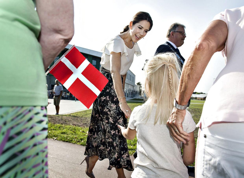 Kronprinsesse Mary besøgte og indviede onsdag den 15. september Aabybro Skole i Nordjylland. Skolen er bygget i 2 afdelinger der ligger indenfor kort afstand af hinanden. går Kronprinsessenden den korte tur mellem de 2 skoler ledsaget af borgmester i Jammerbugt Kommune, Mogens Gade. (foto: Henning Bagger / Scanpix 2016)
