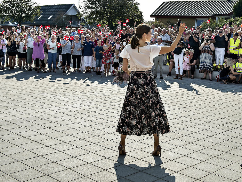 Kronprinsesse Mary besøgte og indviede onsdag den 15. september Aabybro Skole i Nordjylland. Skolen er bygget i 2 afdelinger der ligger indenfor kort afstand af hinanden. går Kronprinsessenden den korte tur mellem de 2 skoler. (foto: Henning Bagger / Scanpix 2016)
