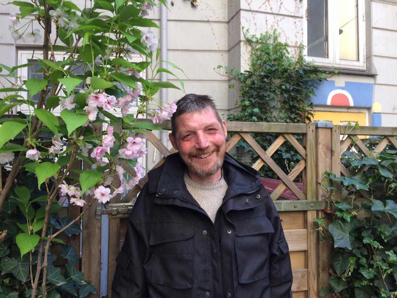 Luffe har været hjemløs misbruger i tre år. Nu har han lejlighed på Tuborgvej og er ude af sit misbrug.Tøjet havde han fået af Røde Kors. Privatfoto