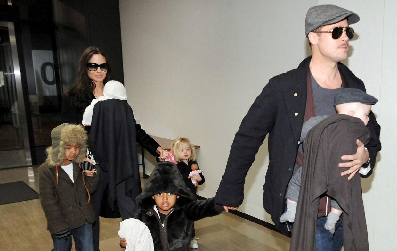Januar 2009. Angelina Jolie og Brad Pitt med sønnen Knox, døtrene Zahara og Vivienne samt sønnen Maddox.