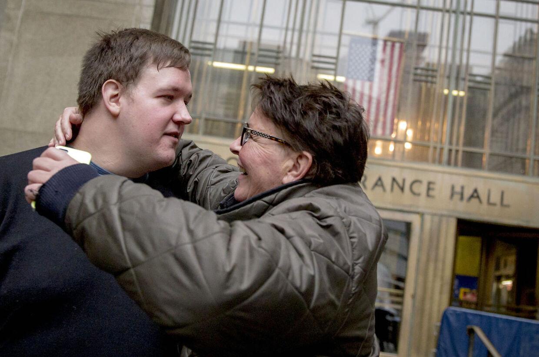 Malthe Thomsen med sin mor i New York efter retssagen mod ham blev droppet.