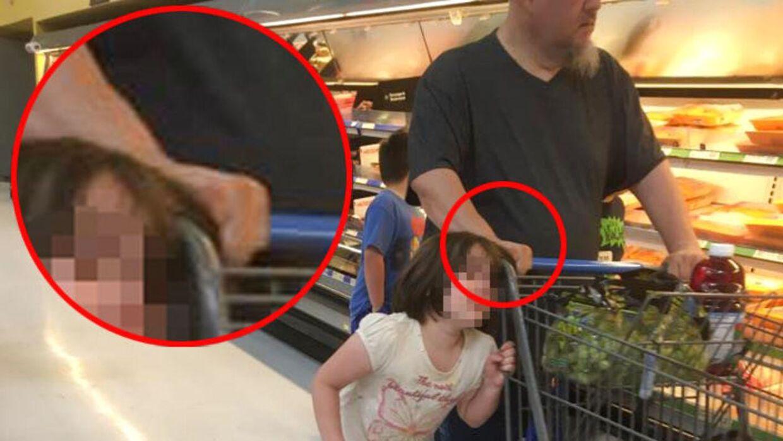 Her ses det tydeligere, hvordan manden holder fast i den lille piges hår.