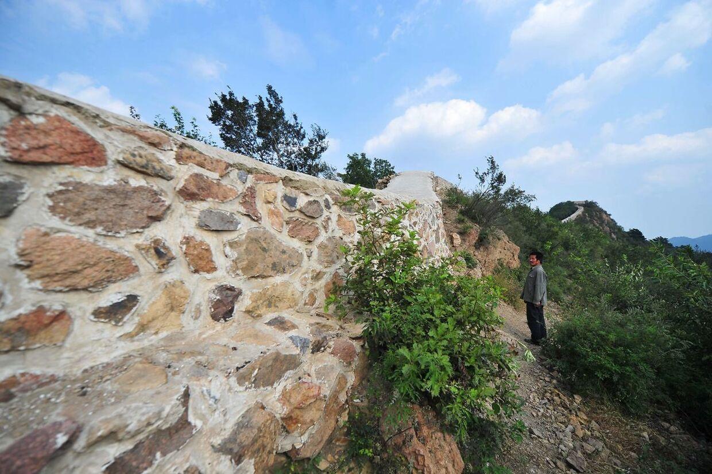 Her betragter en lokal beboer de mange sten, der er blevet brugt, til restaureringen.
