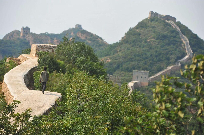 På dette billede, taget den 21. september, viser en landsbybeboer vandre på de nyrestaurerede stykke af Den Kinesiske Mur.