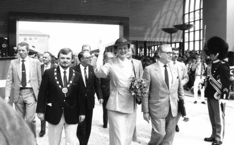Sammen med dronning Margrethe indvier daværende trafikminister Arne Melchior (th) Høje Tåstrup Station. Foto: Scanpix