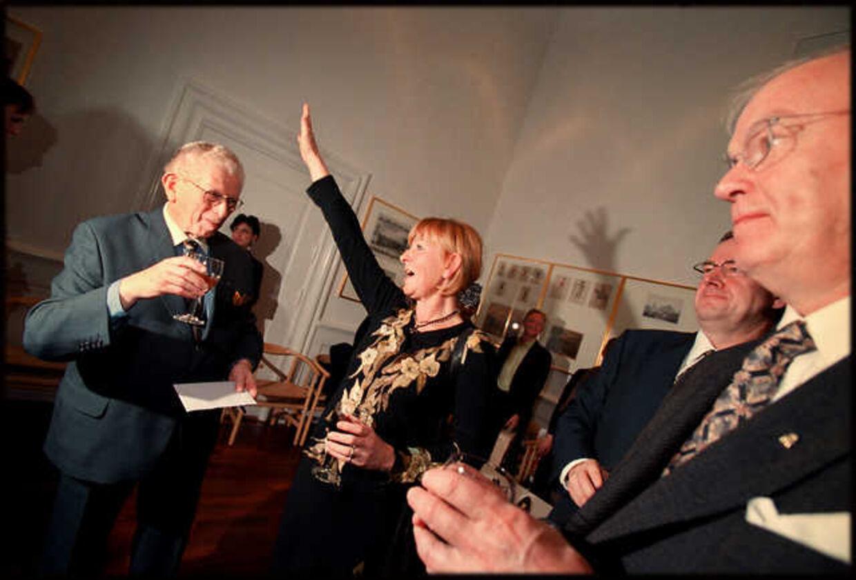 Partilfællen Mimi Jakobsen råber hurra for Arne Melchior ved hans 75 års fødselsdag. Foto: LISELOTTE SABROE