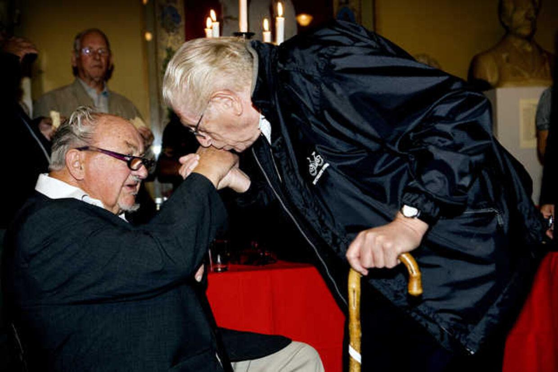 Arne Melchior gratulerer Anker Jørgensen på sidstnævntes 85 års fødselsdag. Foto: Linda Kastrup