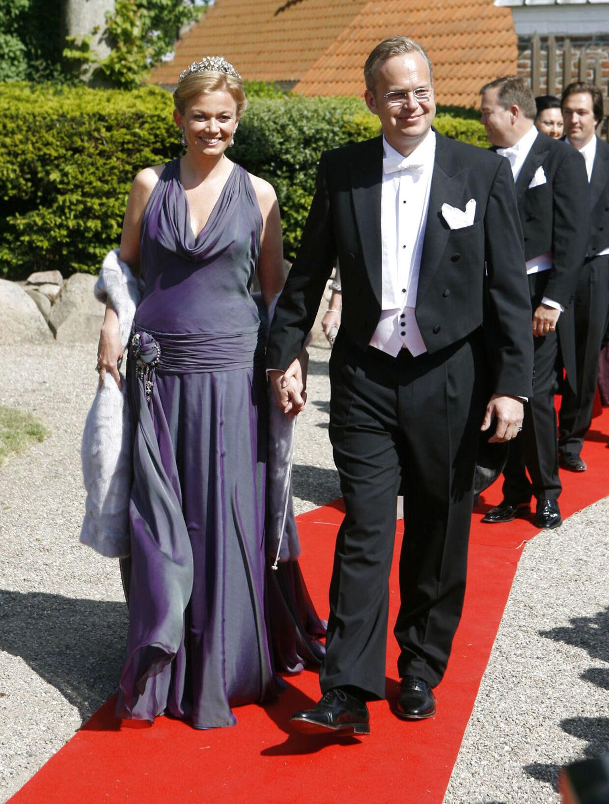 Grevinde Caroline Søeborg Ahlefeldt-Laurvig-Bille og Michael Ahlefeldt-Laurvig-Bille har tætte forbindelser til de kongelige. Her ses de ved prins Joachim og prinsesse Maries bryllup.