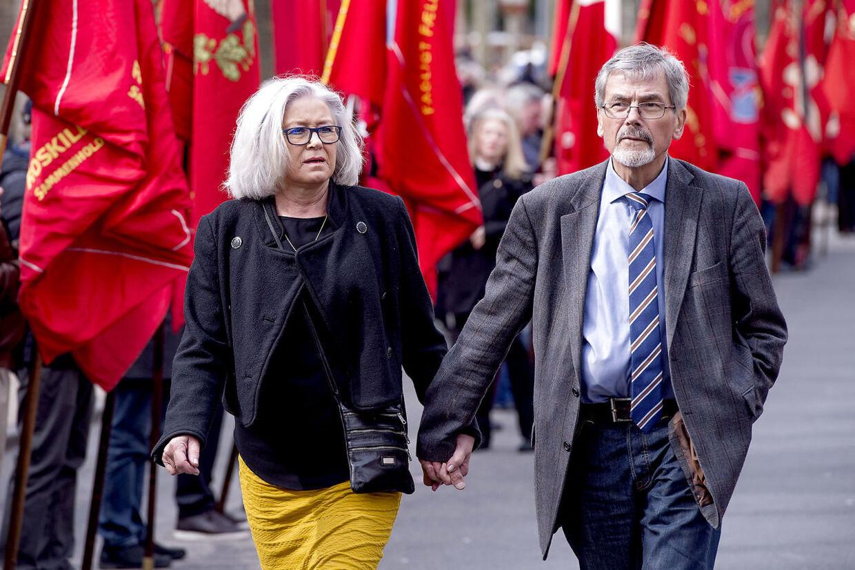 Lørdag d. 2. april 2016 blev tidligere statsminister Anker Jørgensen (S) bisat fra Grundtvigs Kirken på Bispebjerg. Jacob Buksti og kone ankommer til kirken.