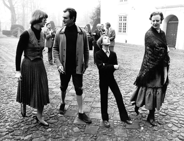 Foto fra 1978 af en niårig prins Joachim med fru Shack (tv), prins Henrik og dronning Margrethe ved overdragelsen af Schackenborg Slot 27. december.
