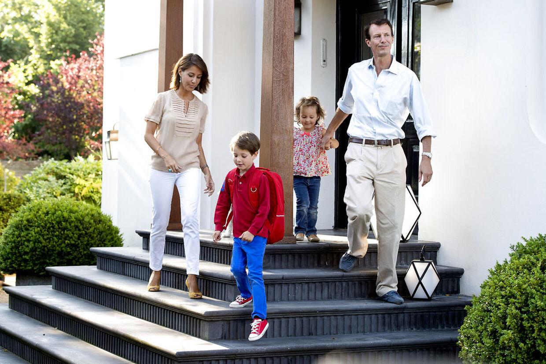 Den royale familie fotograferet foran deres tidligere hjem på Emiliekildevej i Klampenborg i forbindelse med prins Henriks første skoledag, 14. august 2015.