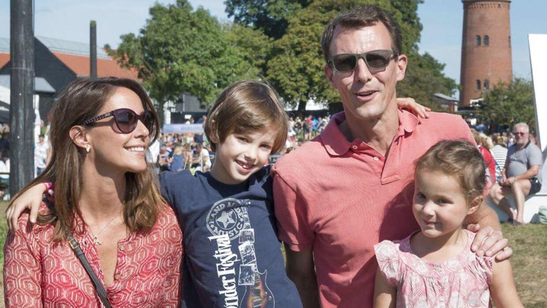 prins Joachim, prinsesse Marie og deres to børn, Henrik og Athena, må snart finde sig et andet sted at holde sommerferie.