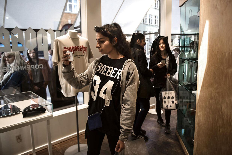 Besøget i butikken bliver foreviget med en selfie, mens de ventende udenfor glasruden må kigge misundeligt til.