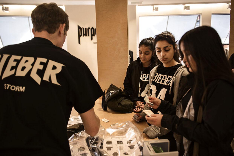 Pigerne har brugt deres lommepenge for september på Bieber-projektet, men de trøster sig med, at første oktober er lige om hjørnet.