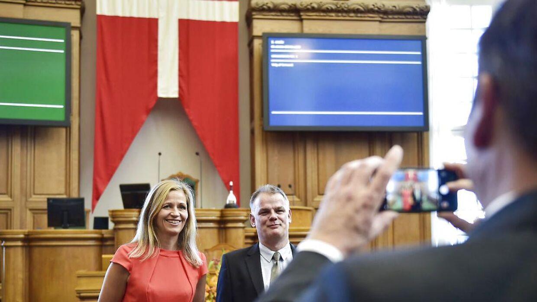 Marie Krarup og Christian Langballe fra Dansk Folkeparti lader sig fotografere foran flaget inden statsministerens åbningstale.