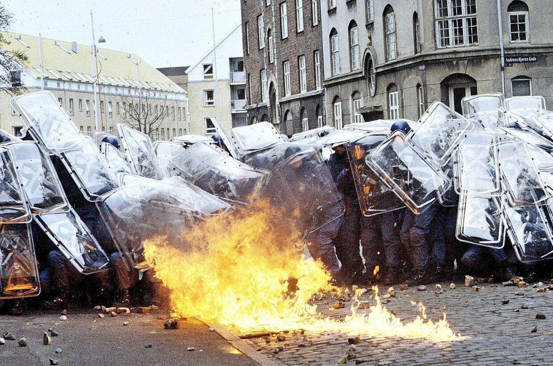 BZ' erne havdevoldsomme sammenstød med ordensmagten i slutningen af1980' erne. Under gadekamp på Christianshavn kastede BZ'erne molotovcocktails mod politifolk i kampuniform.
