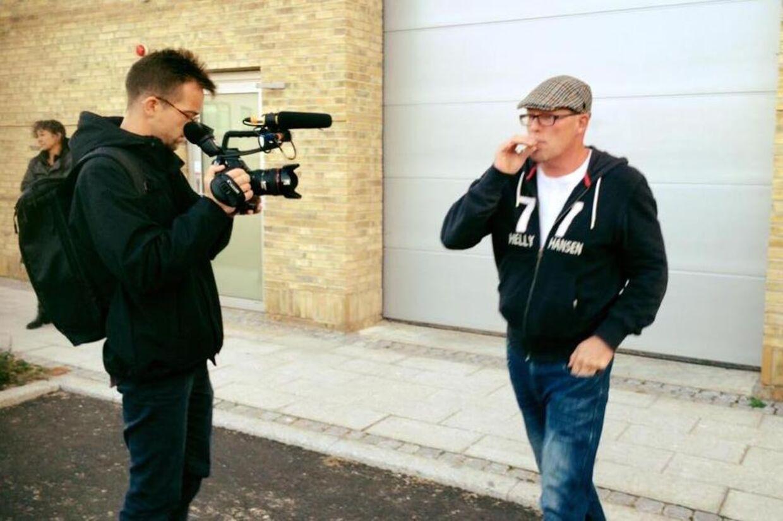 """Claus """"Moffe"""" Nielsen blev tirsdag varetægtsfængslet i fire uger ved retten i Holbæk. Her ses han ude foran retten, mens han filmes af en journalist, der arbejder på en dokumentar om ham."""