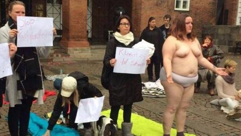 Ved en protest i Kolding valgte Enhedslistens folketingskandidat at protestere nøgen.