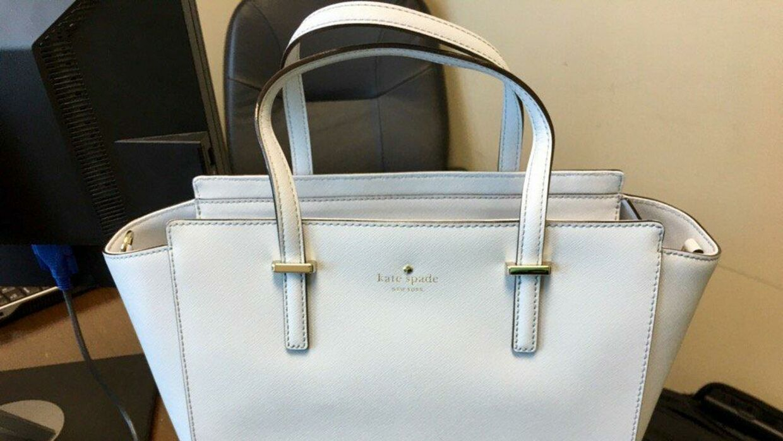 Her ses tasken, som twitterbrugeren selv synes er hvid.