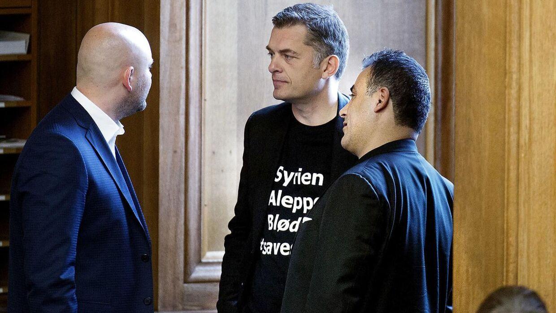 - -Åbningsdebat i Folketinget- - Naser Khader og Jan E. Jørgensen med Syrien T-shirts på i samtale med Jakob Engel-Schmidt under åbningsdebatten i Folketinget torsdag d. 6 oktober 2016. (Foto: Liselotte Sabroe/Scanpix 2016)