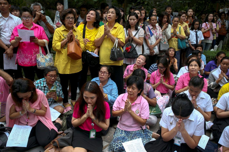 Tilhængere af Thailands konkge foran hospitalet Siriraj i Bangkok.