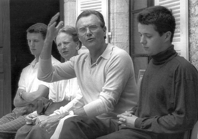 Der var alvorlige miner hos kongefamilien, efter kronprins Frederik og prins Joachim i 1988 sammen havde været involveret i en trafikulykke.På billedet ses de brødebetyngede unge mænd, der skulle stå til ansvar for både deres forældre og pressen.