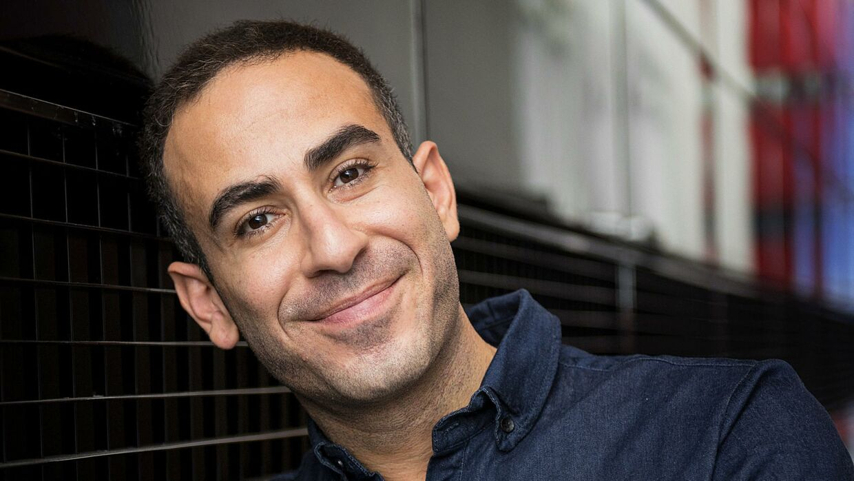 »Jeg vil blandt andet gerne sætte fokus på, at der er mange homoseksuelle og endnu flere homoseksuelle indvandrere, der går rundt med selvmordstanker, fordi de har det dårligt med deres seksualitet. Men lige nu glæder jeg mig over, at rigtig mange ser ud til at rykke sig,« siger Abdel Aziz Mahmoud, der var syv år om at springe ud som homoseksuel. Foto: Nils Meilvang.