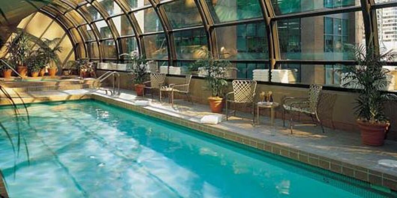 Pool på Metropolitan Hotel i Vancouver.